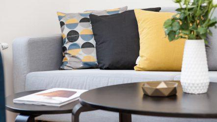 Poduszki w mieszkaniu – jak dobrać stylowy i wygodny dodatek